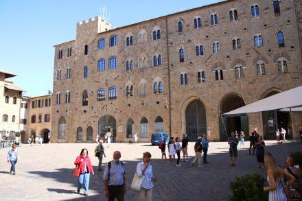 Wunderschön restaurierte alte Bauten am zentralen Platz von Volterra.