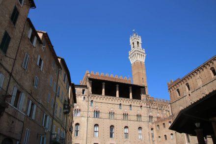 Direkt hinter dem Rathaus liegt abseits des Rummel der Piazza del mercato - früher der Marktplatz von Siena.