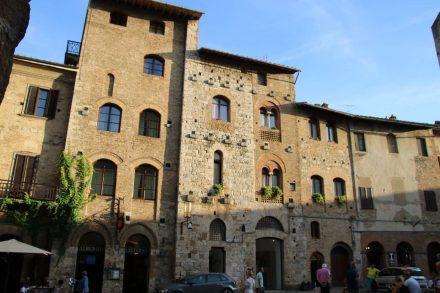 Der Piazza della Cisterna in San Gimignano ist dreieckig angelegt.
