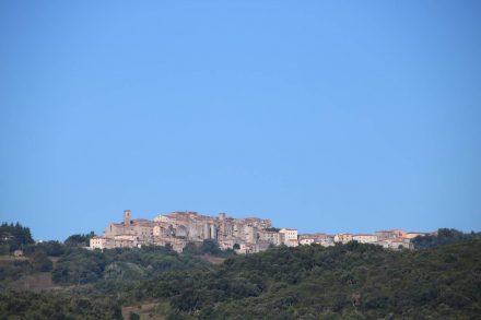 Ein klassisches Toskanabild mit einer mittelalterlichen Stadt auf einem Hügel - dieses Mal Roccastrada.