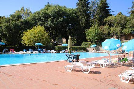 Am Campingplatz Colleverde in Siena kann man nach dem Stadtbummel am Pool entspannen.