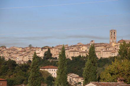Mit ihrem zentralen Uhrenturm schmiegt sich Colle val d'Elsa auf den toskanischen Hügel.