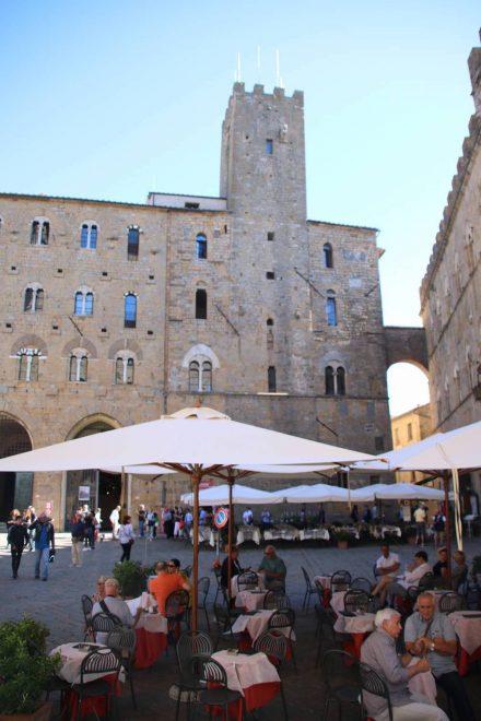 Der mittelalterliche Platz ist das Zentrum von Volterra.