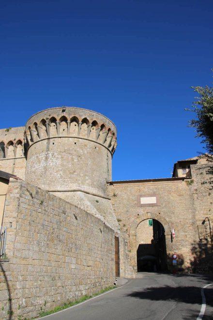 Ein Stadttor in der gut erhaltenen Festungsmauer von Volterra.