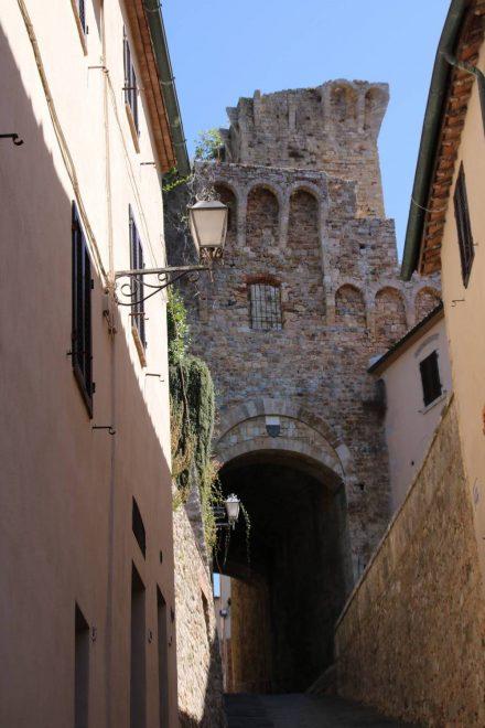 Eins der alten Stadttore von Massa Marittima in der Toskana.