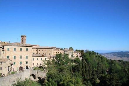 Wie viele toskanische Städte liegt auch Volterra auf einem Hügel über dem Land.