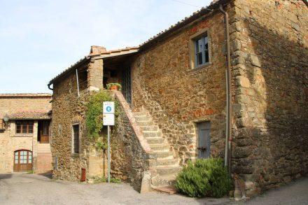Wunderschöne alte Häuser sieht man auf einem Spaziergang durch Volpaia.