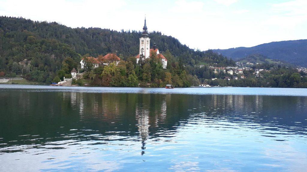 Die Marienkirche auf der Bleder Insel spiegelt sich im See.