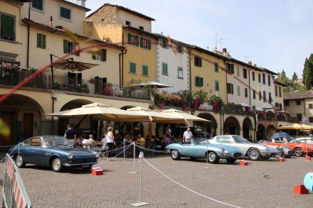 Der idyllische Marktplatz von Greve mit kostbaren Automobilen dekoriert.