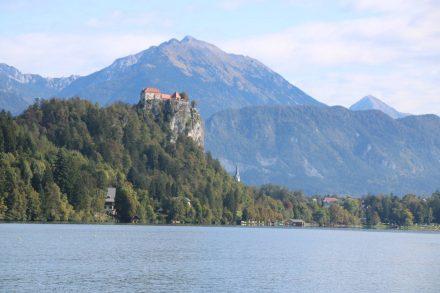 Majestätisch thront die Burg von Bled über dem See und unter dem Triglav Bergmassiv.