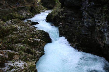 Über wilde Stromschnellen rauscht der Fluss durch die Vintgar Klamm.