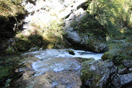 Das klare Wasser rauscht mal über flache Bassins, mal wild durch Stromschnellen.