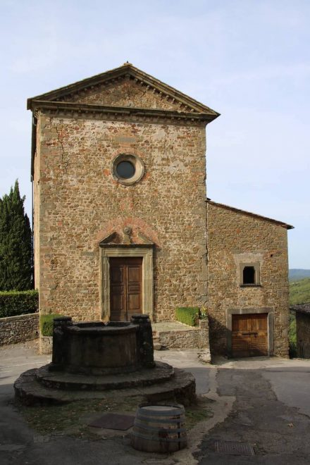 Die Kirche La Commenda mit dem Dorfbrunnen von Volpaia.