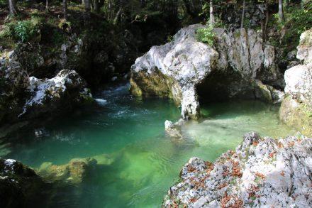 Wunderschöne Farbspiele mit der grünen Mostnica und den eindrucksvollen Felsformationen.