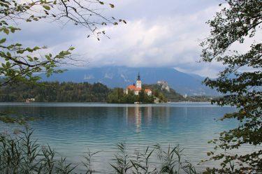 Marienkirche und Bleder Burg am tiefblauen Bleder See.