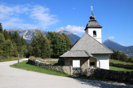 An der Ostseite der Vintgar Schlucht steht mit traumhafter Aussicht die kleine Kirche Santa Katarina.