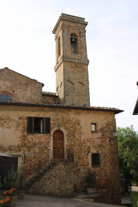 Die mittelalterliche Turmkirche von Volpaia.