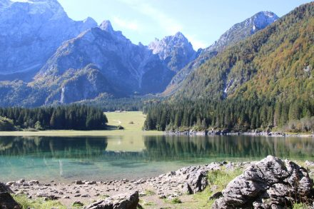 Immer wieder atemberaubend ist das Mangart Bergpanorama am oberen Fusine See.