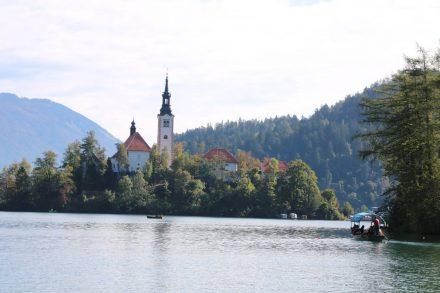 Blick auf die Marienkirche im Bleder See, die man nur mit dem Boot erreichen kann.