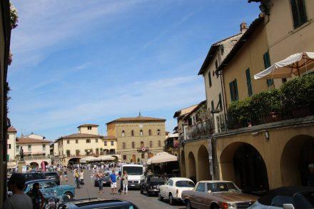 Der bunte Marktplatz von Greve ist der perfekte Ort für ein Oldtimer-Treffen.