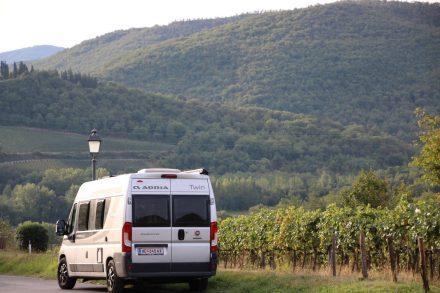 Der Adria Twin schlängelt sich entlang der Weinberge durch die toskanische Landschaft.
