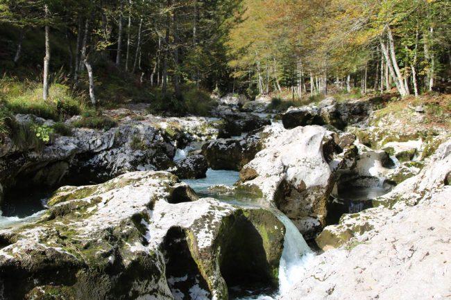 Der Mostnica Bach hat Kunstwerke in die Felsen erodiert.