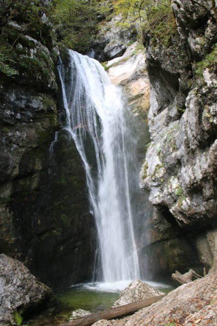 Am Ende der Mostnica Schlucht tost der Wasserfall 20 Meter in die Tiefe.