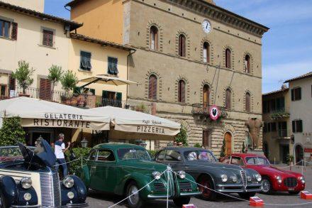 Vor dem Rathaus von Greve in Chianti treffen sich historische Automobile.