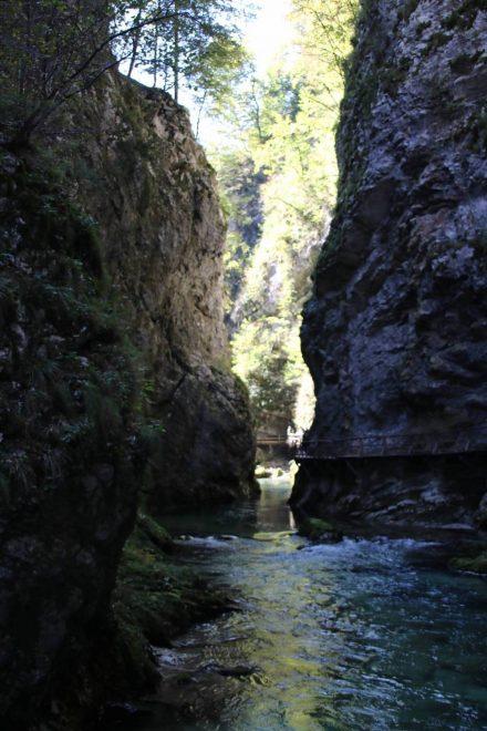 An manchen Stellen ist die Schlucht so schmal, dass man fast den gegenüberliegenden Felsen berühren kann.