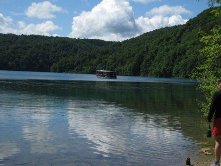 Mit dem Elektro-Ausflugsboot kann man den größten Plitvicer See erkunden.