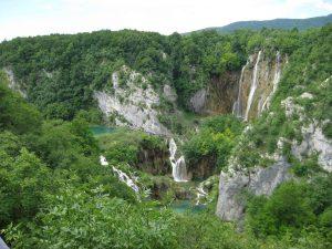 Einer der unteren Plitvicer Seen mit dem hohen Veliki Slap.