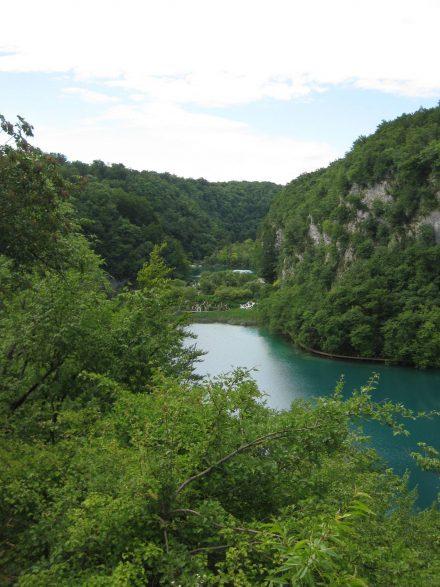 Unterer Plitvicer See mit dem Ufer-Wanderweg.