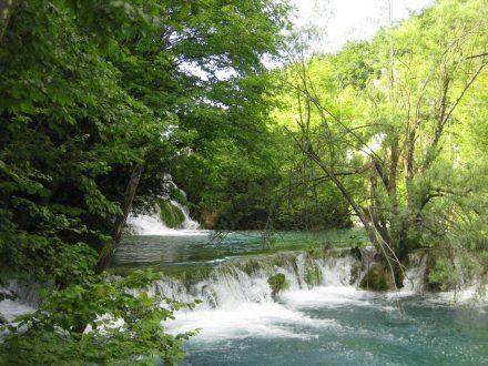 Die oberen Plitvicer-Seen sind über Wasserfall-Terrassen mit den unteren Seen verbunden.