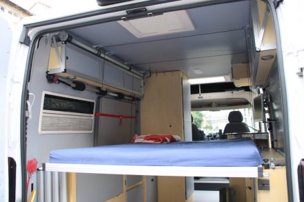 In der unteren Position liegt das Hubbett auf den Seitenschränken auf.