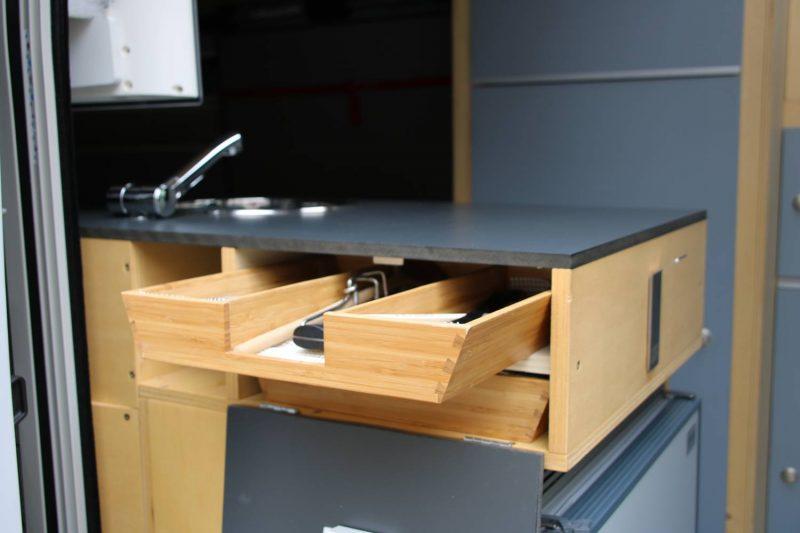 Die Küchenschubladen können von außen und innen bedient werden.