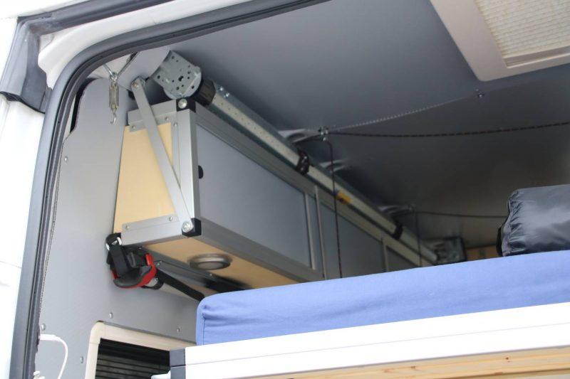 Das Hubbett im Wohnmobil wird über einen elektrischen Rollenmotor bedient.