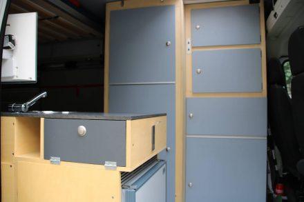 Der Küchenblock und alle Schränke sind aus Pappelholz gebaut.