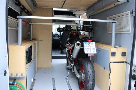 Über den Motorrädern im Laderaum werden die Auflageschienen des Hubbetts durch Eckpfosten abgesichert.