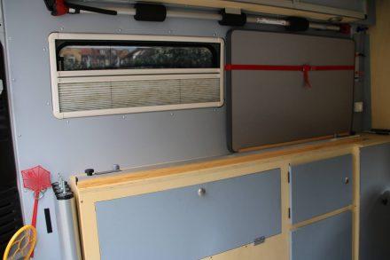 Seitenschränke über den Radkästen, große Seitenfenster und ein Platz für den Klapptisch.