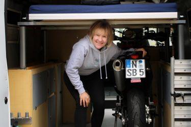 Trotz zwei Motorräder noch Platz für Seitenschränke unter dem Hubbett.