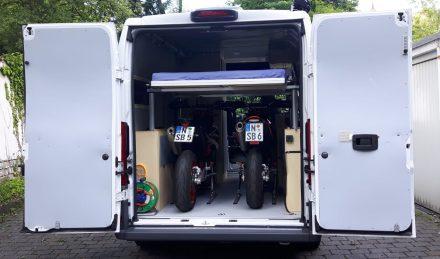 Die beiden KTM 690 sm im Pärchen an Bord des Ducato Wohnmobils.