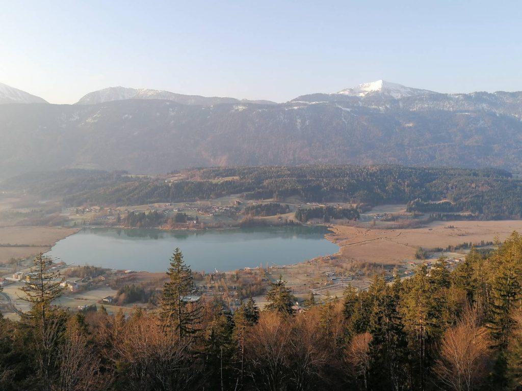 Im Gailtal spiegelt sich der Presseggersee unter dem Gipfel des Poludnig