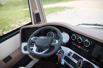 Das halbrunde Cockpit mit zwei Monitoren und übersichtlich angeordneten Bedienfelder.