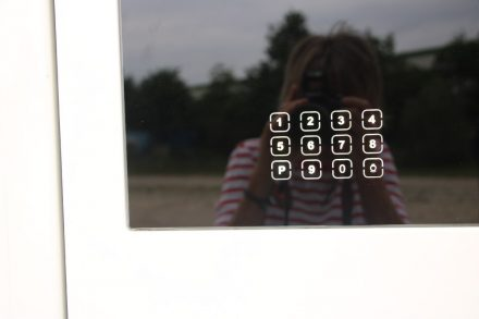 Die Eingangstür kann auch über ein Zahlen-Pad bedient werden.