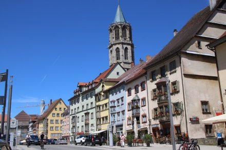 Die Hauptstraße durch Rottweil mit dem Turm der Kapellenkirche