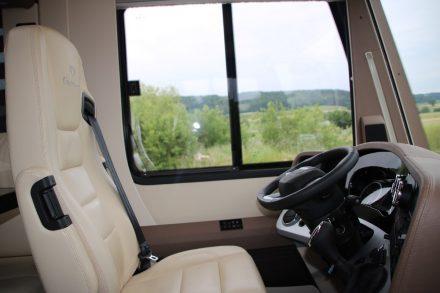 Drehbarer, komfortabler Fahrersitz und ein helles Führerhaus.