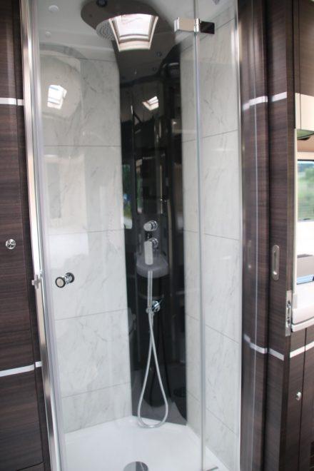 Wasserfall-Dusche und viel Platz im Badeparadies des Concorde Centurion.