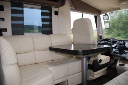 Elegantes Interieur mit Leder-Sitzecke und ausklappbarem Tisch.