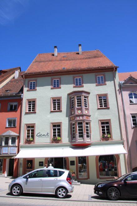 Die bunten Häuser sind ein Markenzeichen der ältesten Stadt Baden-Württembergs.