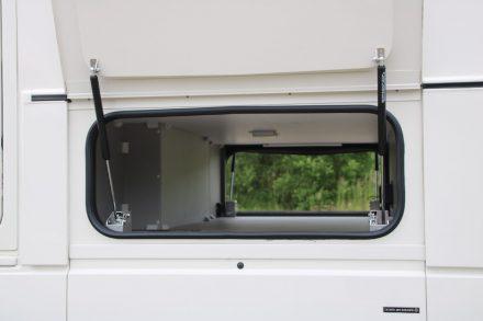 Das praktische Staufach im Zwischenböden über die gesamte Fahrzeugbreite und zum Durchladen.